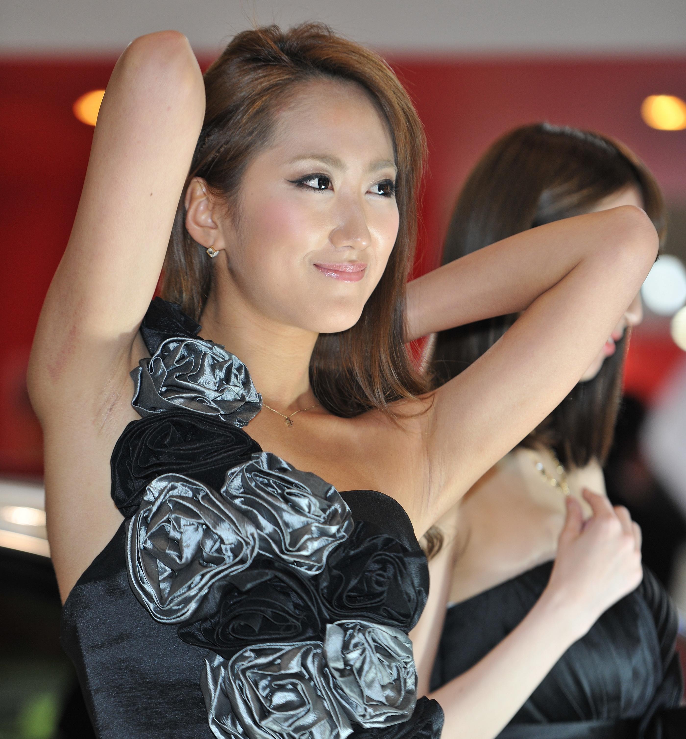 イベコン美女の両腋見せ (1)