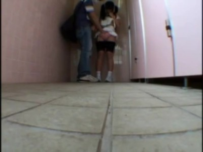 【トイレ】スレンダーな貧乳でロリのJSの、レイプイタズラ無料H動画。【JS動画】