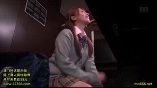 ヤリマンで制服姿のJK女子校生、初川みなみのハメ撮りフェラごっくん無料エロ動画。【セックス動画】