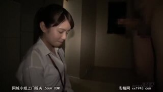 【手コキ動画】黒髪スレンダー童顔でHな着衣の女性の、手コキ羞恥プレイ動画!