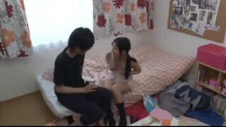 スレンダーなロリで美乳で貧乳の美少女妹の、ハーレムパンチラセックス無料動画。【美少女、妹動画】