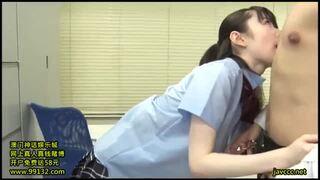 【乳首】色白スレンダーな巨乳で制服姿のJK女子校生、水卜さくらのフェラ昇天無料エロ動画!【水卜さくら動画】