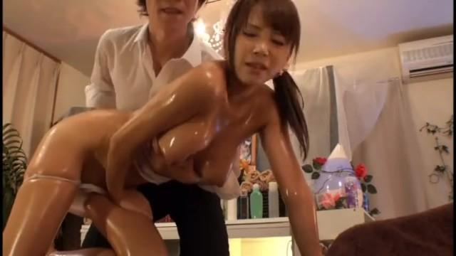 巨乳の人妻の、マッサージローション無料H動画。【人妻動画】