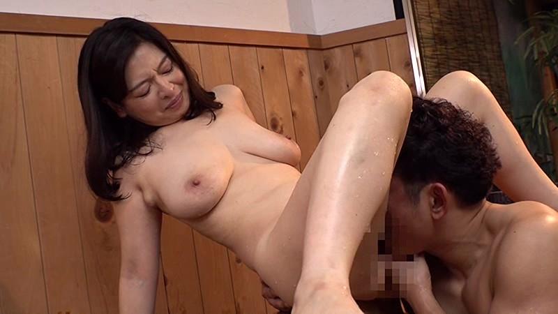 【おばさん フェラ】美形で巨乳のおばさん人妻の、フェラ不倫クンニプレイが、混浴温泉にて…。