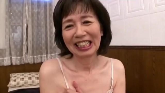 スレンダーな六十路の熟女の、ローション初撮り無料エロ動画。【熟女動画】