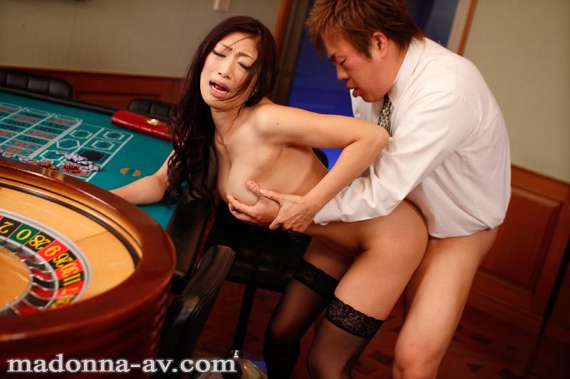 長い舌でエロい垂れ乳の人妻、小早川怜子の不倫プレイエロ動画。