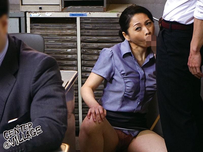 職員室にて、パンスト姿の熟女女教師の、パンチラベロチューイタズラ無料エロ動画!【口内射精、フェラ抜き動画】