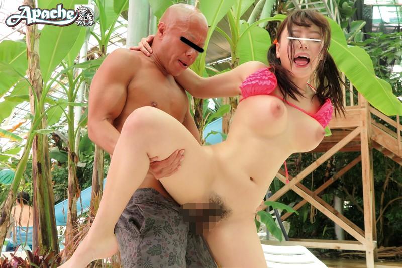 巨乳でビキニで水着姿の、浜崎真緒のバイブ媚薬潮吹きプレイ動画!エロい乳してます!