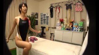 【女子大生 寝バック】巨乳で水着姿の女子大生の、寝バックマッサージプレイがエロい!【トイレ】