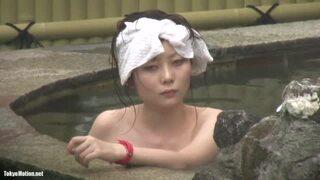 【人妻 覗き】スレンダー美人色白でHな剛毛の人妻女子大生の、覗きプレイが、露天風呂にて…!スラっとしてて美しい…!【おっぱい】