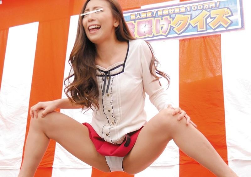 【素人 パンチラ羞恥】スレンダーでエロい美脚の素人ギャルの、パンチラ羞恥乳首舐めプレイ動画!