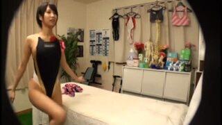卑猥な水着姿の女子大生、湊莉久の覗き着エロマッサージ無料動画!【寝バック動画】