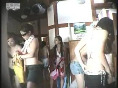 銭湯にて、水着姿の女性の、脱衣隠し撮り無料動画。
