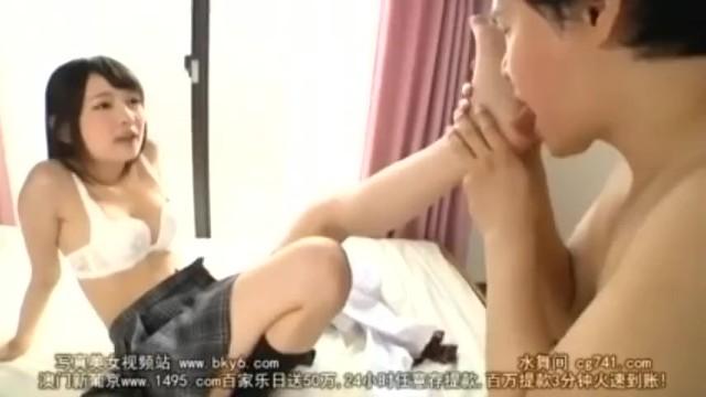 ロリの女子校生JKの、顔面騎乗ベロチューM男無料動画!【手コキ、騎乗位動画】