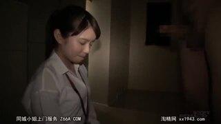 童顔スレンダー黒髪な着衣の女性の、手コキ羞恥無料エロ動画。