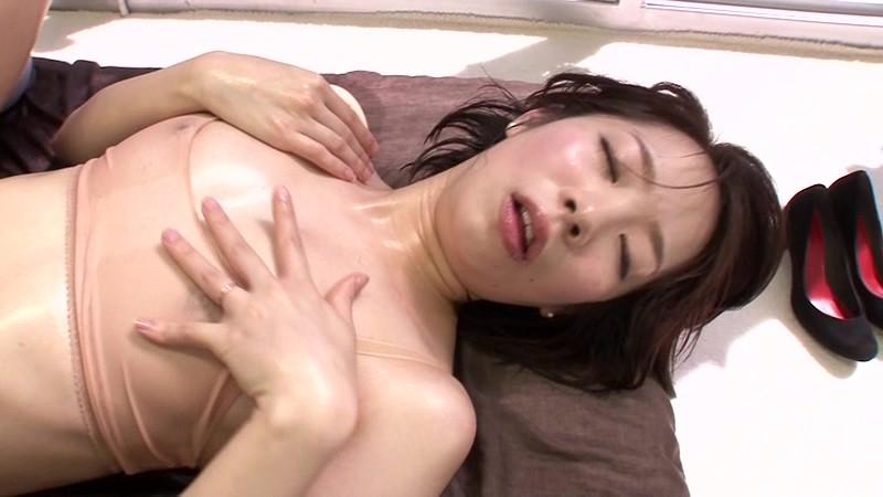 【人妻 不倫】欲求不満なエロい美乳の人妻素人の不倫マッサージセックス媚薬プレイが、MM号で。