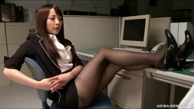 【水澤まお 足舐め】スレンダーなHなパンストの同僚OLの、水澤まおの足舐めプレイが、オフィスにて…!