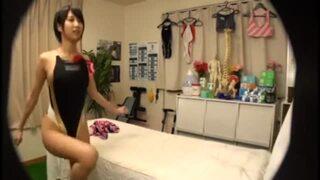 【おっぱい】ショートカット美人なアスリートで競泳水着姿の美少女JD、湊莉久のsexマッサージイタズラ無料動画。【エステ、ローション動画】