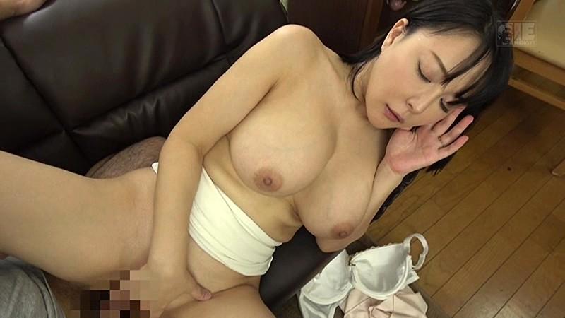 【熟女 誘惑】無防備でエロい巨乳の熟女義母の、誘惑胸チラ寝取られプレイ動画。【おっぱい】