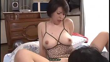 【熟女 セックス】巨乳でビキニで水着姿の熟女の、セックス腰振りプレイ動画。