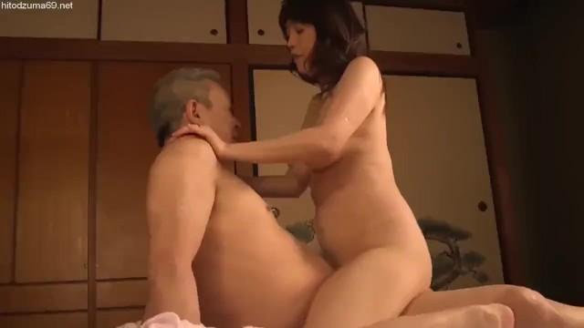 巨乳の熟女人妻の、騎乗位寝取られ不倫無料エロ動画!【熟女、人妻動画】
