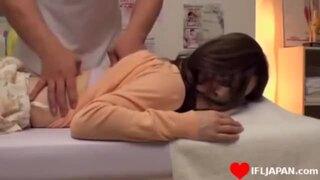 卑猥なメガネでパンスト姿のお姉さんの、セクハラ診察マッサージ無料H動画!【お姉さん動画】