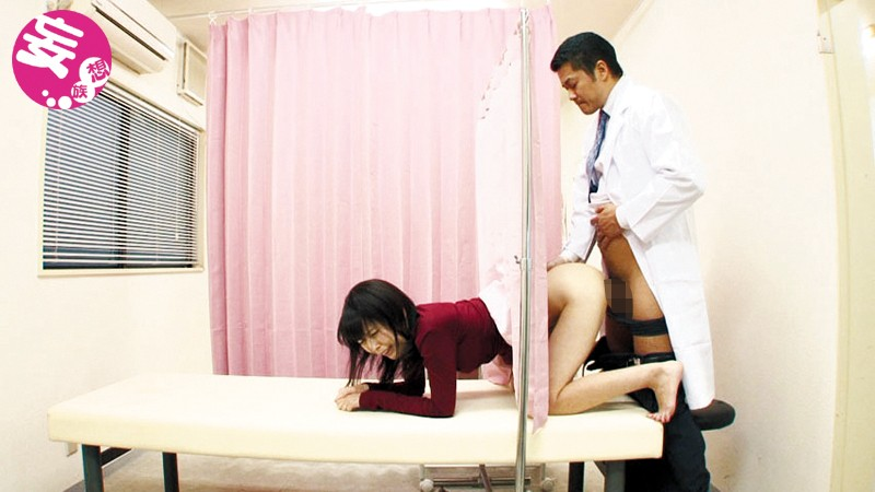 産婦人科にて、スレンダーな着衣の人妻の、中出し寝取られ無料エロ動画!【人妻動画】