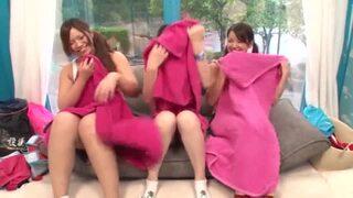 マジックミラー号にて、貧乳で美乳の女子大生の、3P騎乗位腰振り無料H動画!【手コキ動画】