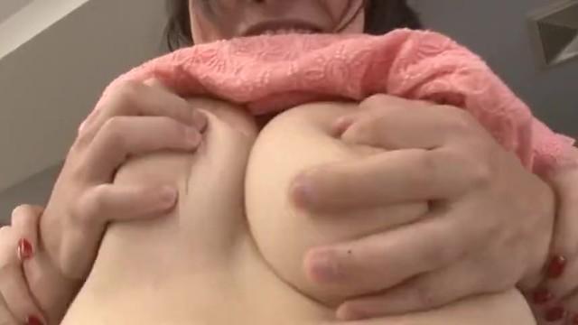 【同僚 パイズリ】爆乳で着衣の同僚OLのパイズリ胸チラフェラプレイがエロい!!