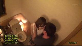 【トイレ】スレンダー美人なお姉さん、里美ゆりあのsexプライベート隠し撮り無料動画。【里美ゆりあ動画】