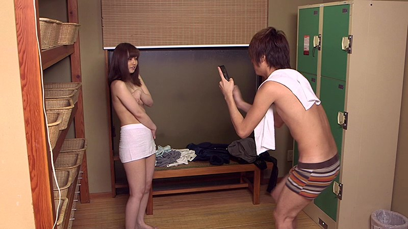 【熟女 バック】スレンダーでHな美乳の熟女若妻の、バック羞恥他人棒プレイが、露天風呂にて…!