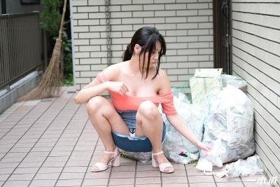 仲間あずみ 20-05-28 朝ゴミ出しノーブラ奥さん 012
