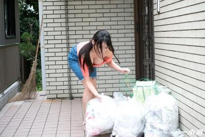 仲間あずみ 20-05-28 朝ゴミ出しノーブラ奥さん 011
