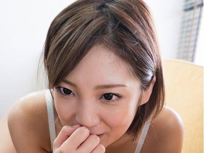 【センズリ鑑賞】『凄く出たね♡』可愛い顔に似合わず射精させた精子を舐めるエロお姉さんがせんずりの射精をお手伝い‼