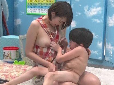 【マジックミラー】見た目は子供で中身はAV監督のにしくんが女子大生に襲い掛かる‼保育士の卵が裸エプロンでのエロ授乳プレイ‼