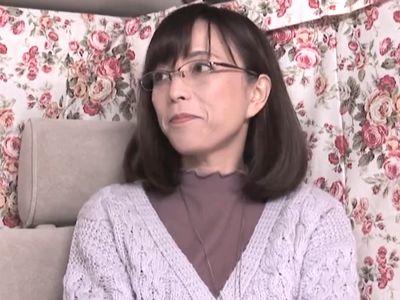 【熟女ナンパ】50代に見えない眼鏡人妻をGET‼清楚に見えてエロエロなメガネ美女が不倫セックスで絶頂イキし生ハメ中出し‼