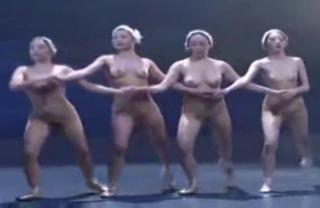 すんげぇー!!!!素っ裸で白鳥の湖を踊るバレイ団・・・・芸術と観ればさほどエロくないかも