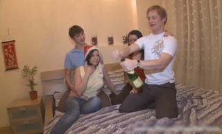 【無修正 洋物】 二人ともパイパン!!!!!!!! 2組の若いロシア人カップルが乱交