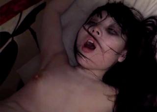 ハロウィンで夜遊びする高校生にクスリを飲ませキメセク・・ゾンビメイクとクスリで顔面崩壊の閲覧注意なエロ!!