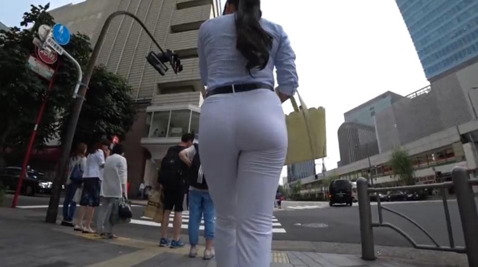 タイトな白パンツのムチ尻姉さんを後ろから隠し撮り!