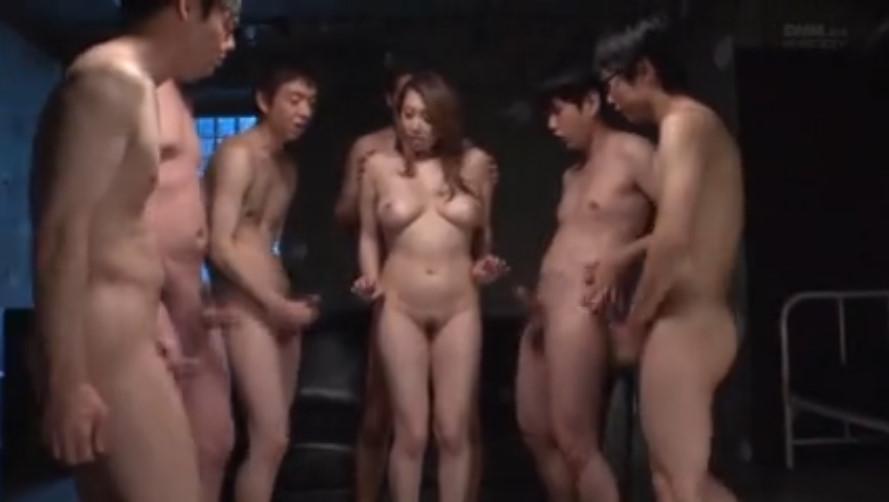 全裸の男たちに囲まれる肉弾ペットの風間ゆみさん!中出しぶっかけザーメンまみれのエロ熟女!