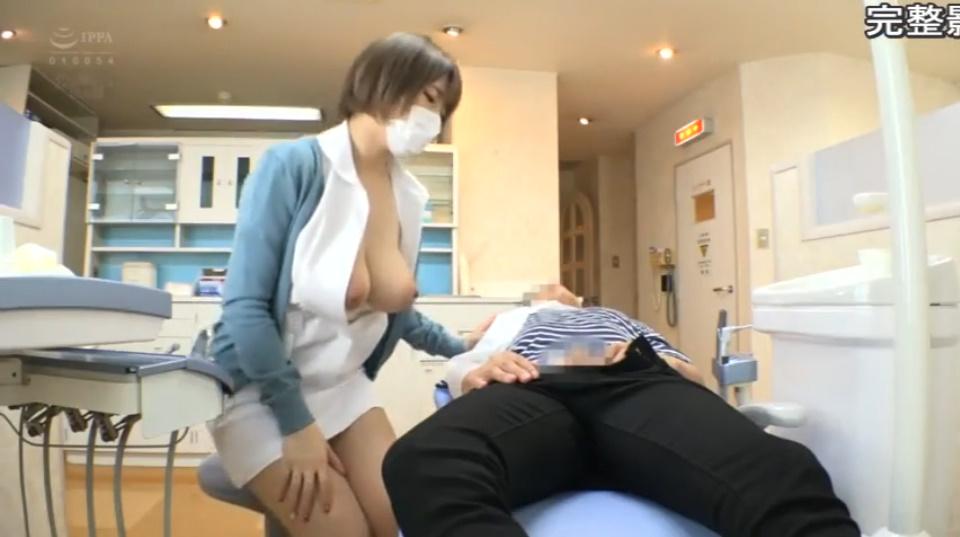大きなオッパイを吸わせてくれる巨乳歯科助手さん!マスクをずらしてチンポをぱっくんちょ!