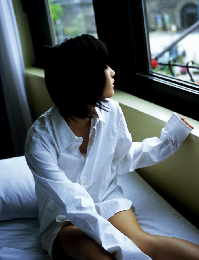 女の白シャツ姿 12