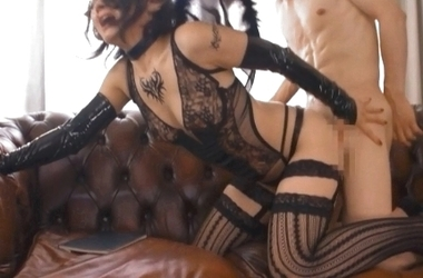着衣のままバックで腰を振りまくるサキュバスコスプレの綾瀬麻衣子