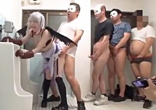 【デレマス】臭い中年オヤジたちの唾を飲まされて喜ぶドMレイヤー娘が輪姦でハメられて大量精液を膣内注入!
