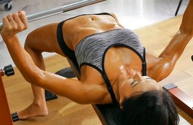 トレーニングで体を鍛える白鳥景子