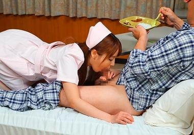 【即尺おしゃぶり痴女】食事中の患者にフェラをするナースコスプレの桃乃木かな