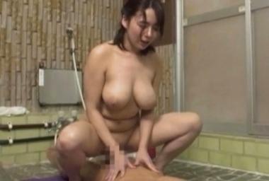 騎乗位で寝取りセックスをする仲居の三島奈津子
