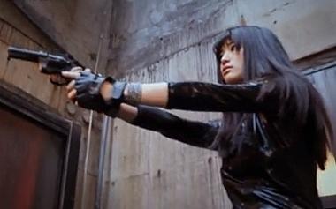 拳銃で敵を威圧する女捜査官の高橋しょう子