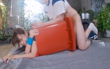 ゴミ箱にハマって動けない八木奈々がバックでハメられる
